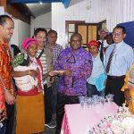 Bupati Paniai memberikan dana secara simbolis kepada penerima manfaat